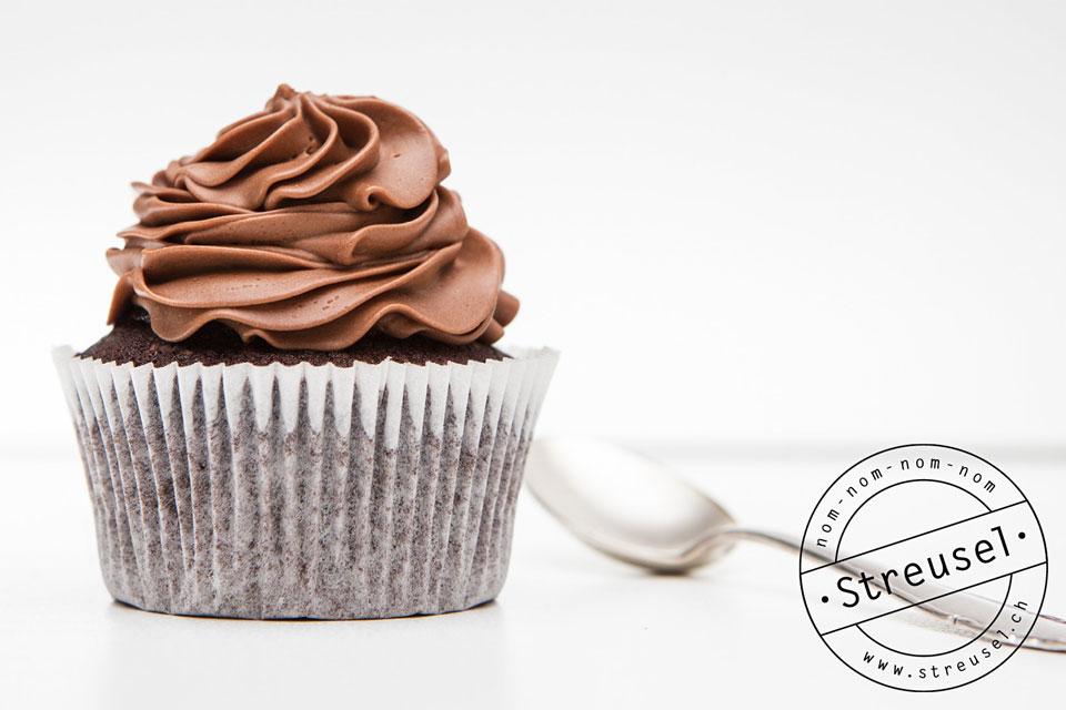 Schokocupcakes mit Gewürzen und Rumbuttercreme