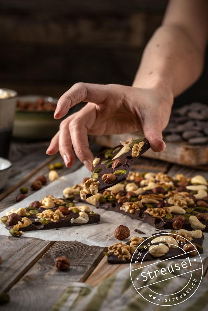 Rezept für Bruchschokolade mit Nüssen – selber machen.