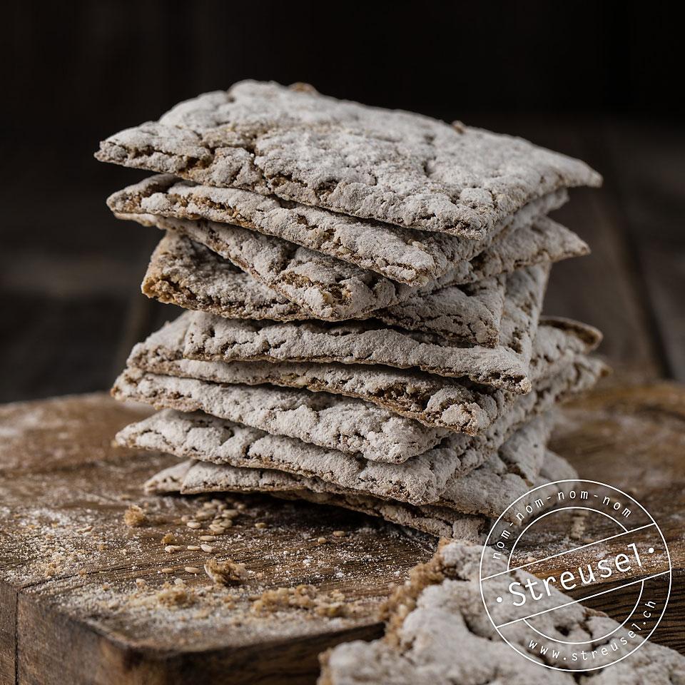 Rezept für Roggen-Knäckebrot – Knäckebrot selber machen, an dem man sich nicht die Zähne ausbeisst.