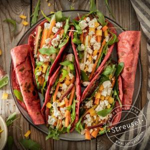 Rezept für selbst gemachte Rainbow Wraps – bunte Randen-Wraps mit Gemüse.