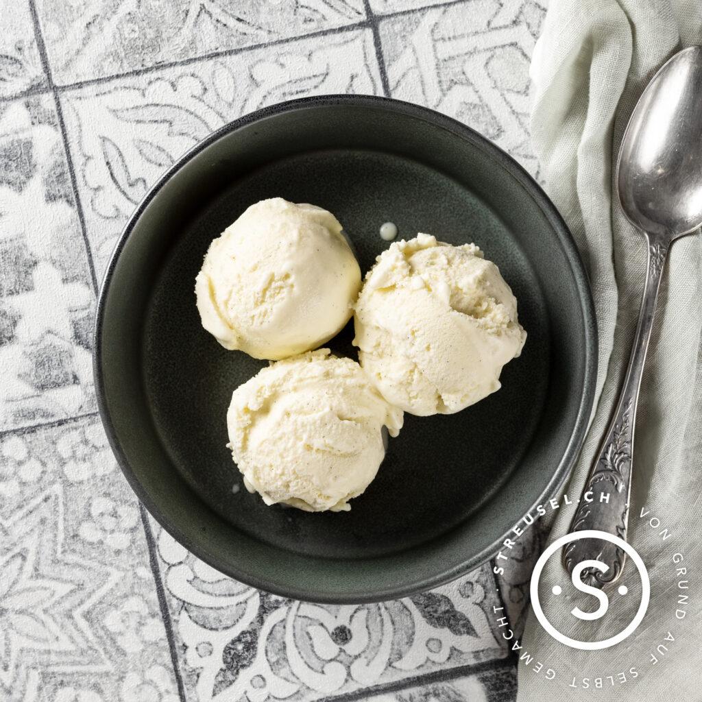 Rezept für selbst gemachtes Vanilleeis ohne Ei.
